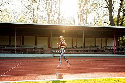 Sportliche Frau - p904m1031344 von Stefanie Päffgen