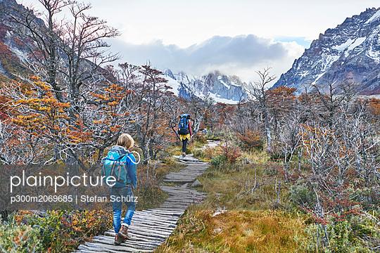 Argentina, Patagonia, El Chalten, mother and son hiking at Cerro Torre in Los Glaciares National park - p300m2069685 von Stefan Schütz