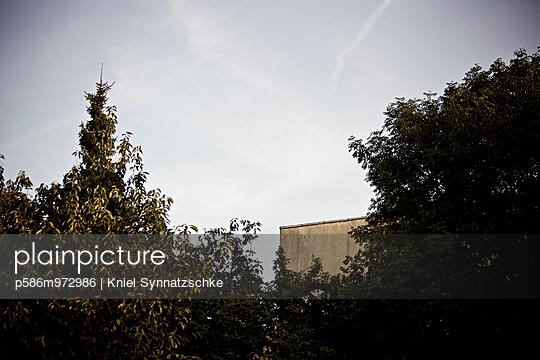 Schwache Kondensstreifen am blauen Himmel - p586m972986 von Kniel Synnatzschke