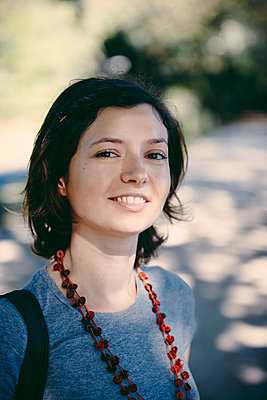 Lächeln einer jungen Frau - p1357m1462756 von Amadeus Waldner