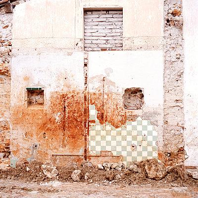 zerstoerte Hauswand - p9791926 von Kriwy
