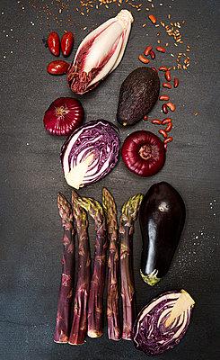 Flat lay of fresh vegetables on black table - p1166m2034433 by Cavan Social