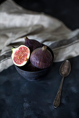 Bowl with whole and sliced figs - p300m2029199 by Jean Schwarz