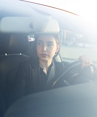 Businesswoman looking away while sitting in car - p300m2243321 by Jose Carlos Ichiro