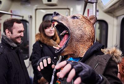 Bärenmaske in Moskauer Metro - p390m1214585 von Frank Herfort