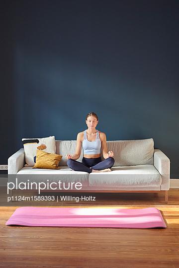 Junge Frau macht Yoga - p1124m1589393 von Willing-Holtz