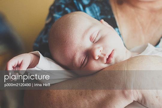 Portrait of baby boy sleeping in grandmother's rams - p300m2120490 by Irina Heß