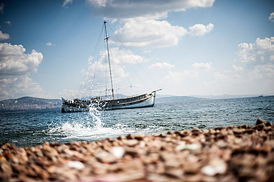 Sailing ship - p1007m959908 by Tilby Vattard