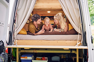 Family in Campervan - p1124m2229005 by Willing-Holtz