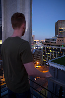 Mann auf Dachterrasse - p1156m2015816 von miep