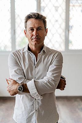 Portrait of confident businessman - p300m2070627 by Giorgio Fochesato