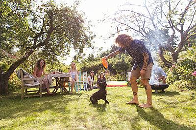 Mit dem Hund spielen - p788m2037314 von Lisa Krechting
