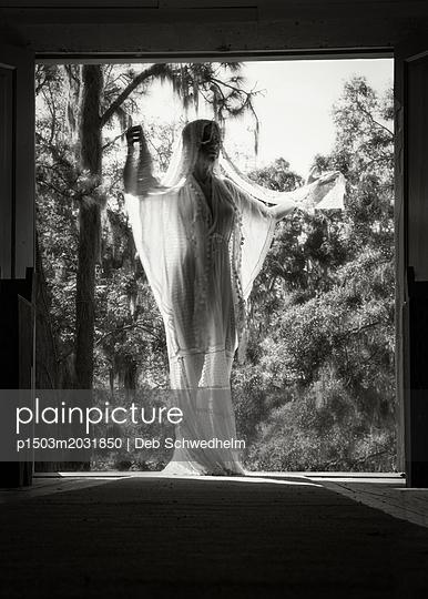 Frau in weißem Kleid - p1503m2031850 von Deb Schwedhelm