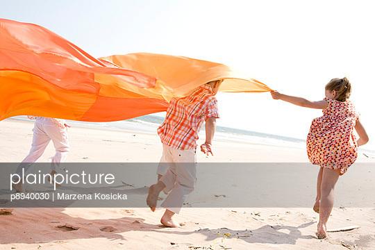 Kinder spielen am Strand - p8940030 von Marzena Kosicka