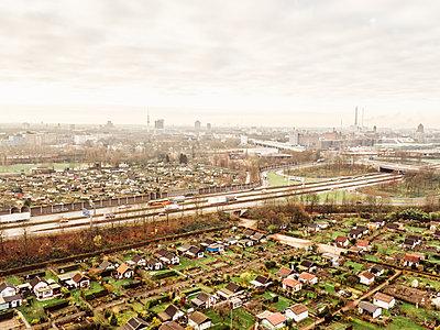 Blick über die Stadt Duisburg, Luftaufnahme - p586m1092027 von Kniel Synnatzschke