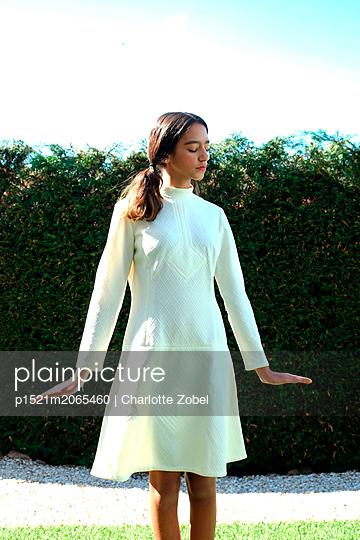 Girl wearing white dress - p1521m2065460 by Charlotte Zobel