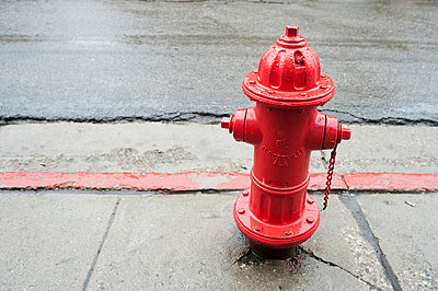 Roter Hydrant, Park City - p1065m891767 von KNSY Bande