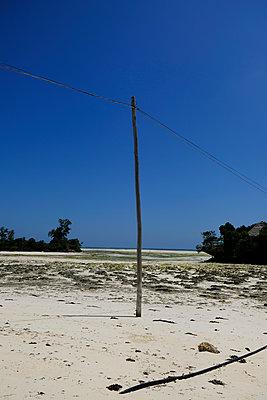 Einfacher Strommast am Strand, Sansibar - p1105m2158326 von Virginie Plauchut