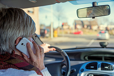 Senior woman in car on cell phone - p300m1019003f by Frank Röder