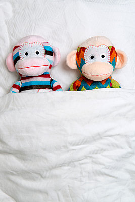 Zwei gestrickte Stoffaffen - p451m1214879 von Anja Weber-Decker