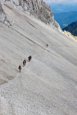 Wanderer auf der Lamsenspitze - p637m916133 von Florian Stern