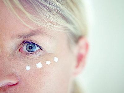 Aeltere Frau cremt sich ein  - p6430344f von senior images RF