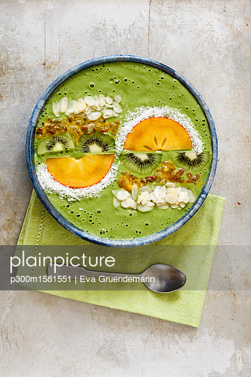Smoothie Bowl with kiwi and kaki - p300m1581551 von Eva Gruendemann