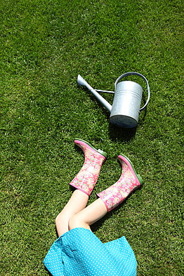 Relaxing in the garden - p045m912817 by Jasmin Sander