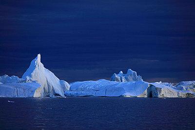 Icebergs in Arctic Ocean, Greenland - p1026m992025f by Romulic-Stojcic