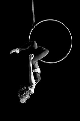 Aerial dancing beauty - p1166m2135972 by Cavan Images