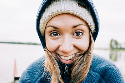 close up portrait of a woman smiling and laughing whilst outside - p1166m2137694 by Cavan Images
