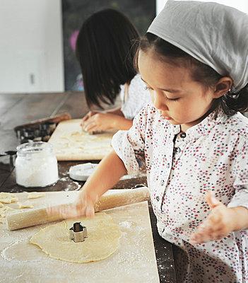 Little girls baking - p500m668544 by Yumiko Kinoshita
