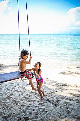 Kinder spielen am Strand - p680m1515287 von Stella Mai