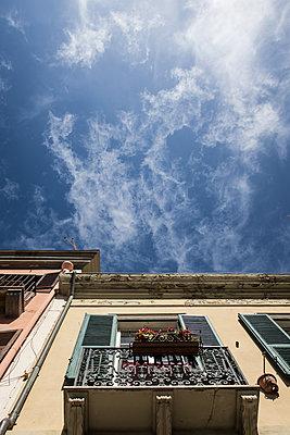 Balkon mit Blumenkasten in Italien - p930m1222000 von Phillip Gätz