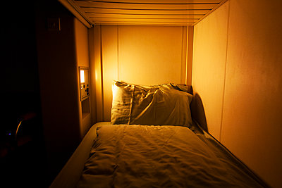 A light near a small bed. - p1166m2129614 by Cavan Images