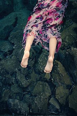 Ertrunkenes Mädchen am Ufer - p1432m2134560 von Svetlana Bekyarova