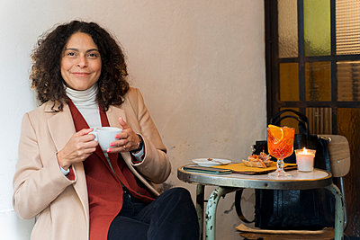 Portrait of smiling woman in a cafe - p300m2170171 by Francesco Morandini