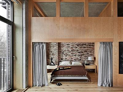 Schlafzimmer in Loft Interieur - p390m1050196 von Frank Herfort