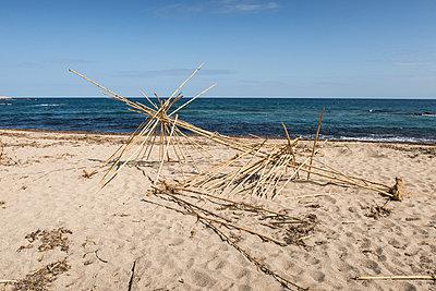 Menschenleerer Strand - p930m1221993 von Phillip Gätz