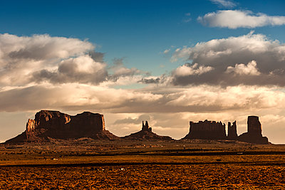 Scenic view of Monument Valley against sky during sunset - p1094m1209080 by Patrick Strattner