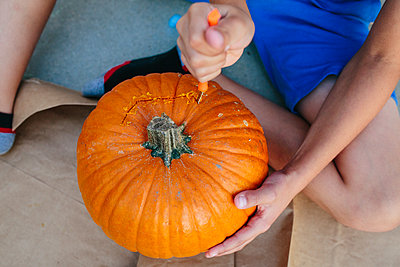close up of pumpkin carving - p1166m2078353 by Cavan Images