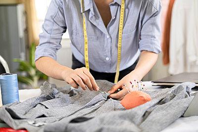Fashion designer working in atelier - p1166m2297416 by Cavan Images
