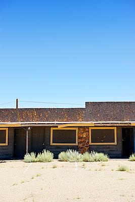 Verlassenes Motel in der Wüste - p1196m1182349 von Biederbick&Rumpf