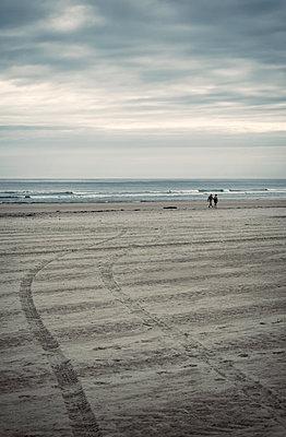 Reifenspuren im Sand - p1443m1511337 von SIMON SPITZNAGEL