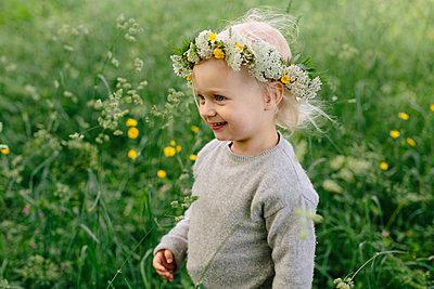 Girl wearing flower wreath - p312m2119020 by Johner