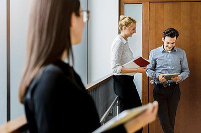 Germany, Bavaria, Munich, Male and female students waiting in corridor - p924m2271295 by suedhang photography