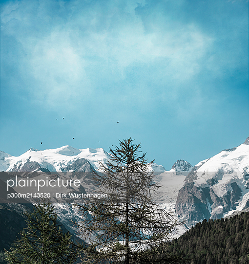 Scenic view of snowcapped mountains against cloudy sky in Italy - p300m2143520 by Dirk Wüstenhagen