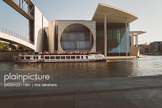 Ausflugsboot vor Marie-Elisabeth-Lüders-Haus im Regierungsviertel Berlin - p432m2211561 von mia takahara