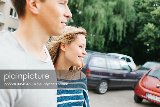 Portrait of young couple - p586m1064945 by Kniel Synnatzschke