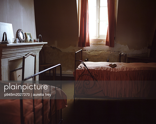 Zimmer mit Kamin - p945m2027370 von aurelia frey